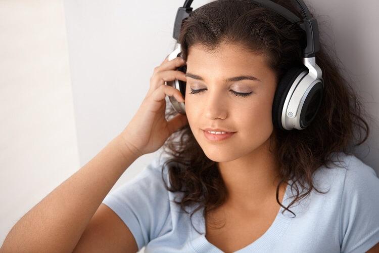 woman listening to mediation on headphones